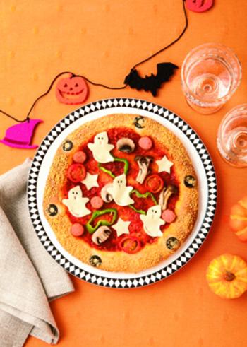 パーティーメニューの定番といえば、ピザ。スライスチーズと黒ゴマで作ったお化けをトッピングすれば、ハロウィンにぴったりのピザに大変身。レシピのように、ピザ生地から作っても楽しいし、市販のピザにお化けをトッピングするのもお手軽です。