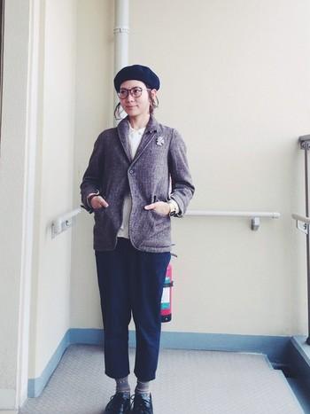 メンズライクな大きめジャケットにベレー帽がぴったり。コサージュを付けてかわいらしさもプラスして。