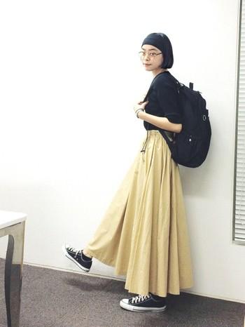 こんなボリューム感のあるハイウエストなスカートにもぴたっとはまる黒リュック。トップスは黒でタイトにまとめて、その分リュックでボリューム感を出して変化を付けています。