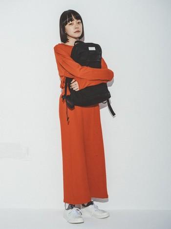 「黒リュック」は、カジュアルなパンツスタイルだけでなく、シンプルなワンピーススタイルにもよく合います。