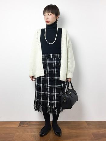 ちょっとしたパーティーにも好印象のツートンコーデ。裾フリンジのスカートがアクセントに。