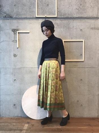 個性派の方は柄物を選ぶのも◎スカーフのようなきれいなデザインが目をひきます。合わせるアイテムはワントーンにまとめて。