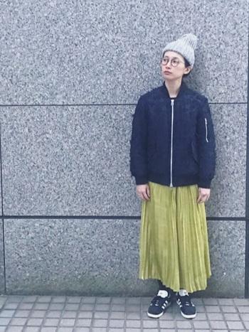 メンズライクなMA-1と合わせたMIXコーデ。女性らしさを残したい方はプリーツスカートがおすすめ。