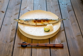 食欲の秋の到来です!秋の味覚の代表格でもある「秋刀魚(さんま」。基本の塩焼きは押さえておきたいところだけど、今までチャレンジしたことのなかったレシピにも挑戦したい。そんな方におすすめの秋の味覚・さんまの美味しいレシピをご紹介します♪
