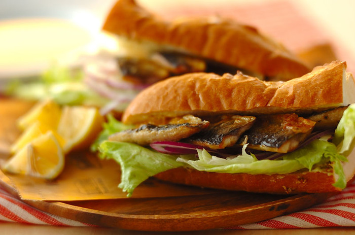 トルコのサバサンドをサンマにチェンジしてアレンジした一品。シンプル&簡単なのにとっても美味しくてお腹も満足!休日ランチにもおすすめです。