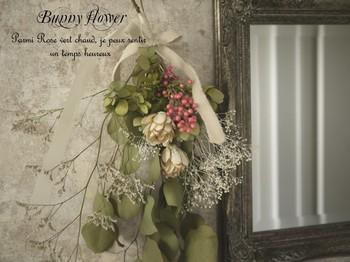 できあがったドライフラワーをリボンや麻ひもなどでざっくりとしばって、お部屋のインテリアとして飾って。壁掛けはもちろん、花束のようにラッピングしてテーブルに置いたり…。お花だけでなく、ハーブなどグリーンのみでもいい感じ。