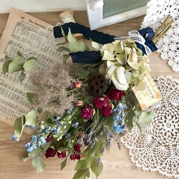人気のラベンダーとバラのドライフラワーを花束にして、プレゼントに。生花ではなく、ドライにして贈るのも味わいがあって素敵なのではないでしょうか。