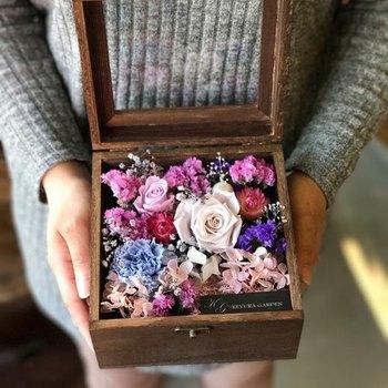 ドライフラワーをフラワーボックスにするのもおすすめ。大切な人からいただいた記念の花束などは、こうして永遠の命を吹き込んではいかがですか?