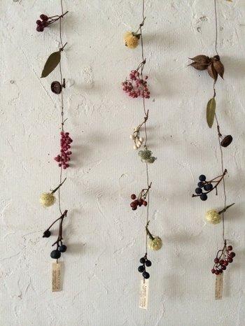 ドライフラワーや木の実を縦につなげていくモビールもおしゃれで印象的。ちょっと殺風景だった壁も、優しい表情になります。