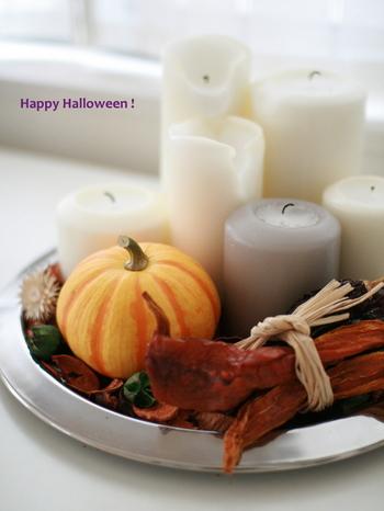 キャンドルと一緒にかぼちゃなどを飾るのはハロウィンの定番。ゆらゆらと揺れる炎を見つめていると気分が安らぎます。ハロウィンが終わったら、飾りを変えてクリスマスにも使いましょう。