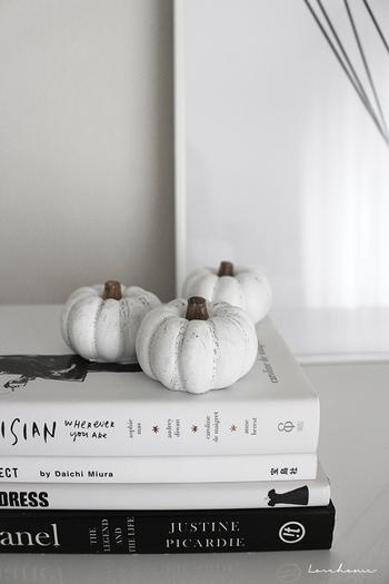 白いかぼちゃのオブジェは実は「セリア」のものだそう。洋書の上にさりげなく置いてあるだけでもおしゃれですね。