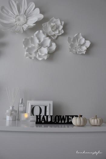 真っ白い空間の中に黒いハロウィンの文字と少しナチュラルな色のかぼちゃ。シンプルですが絶妙なバランスで飾られています。お金をかけずにおしゃれなインテリアにできるテクニックを真似したいですね。