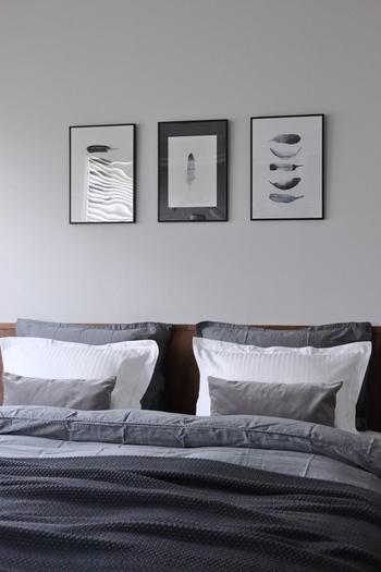3つ重ねた枕とクッションは、真ん中に白をチョイスして上品なアクセントに。また、壁にディスプレイされているフレームも、さりげなくベッドファブリックと調和しています。
