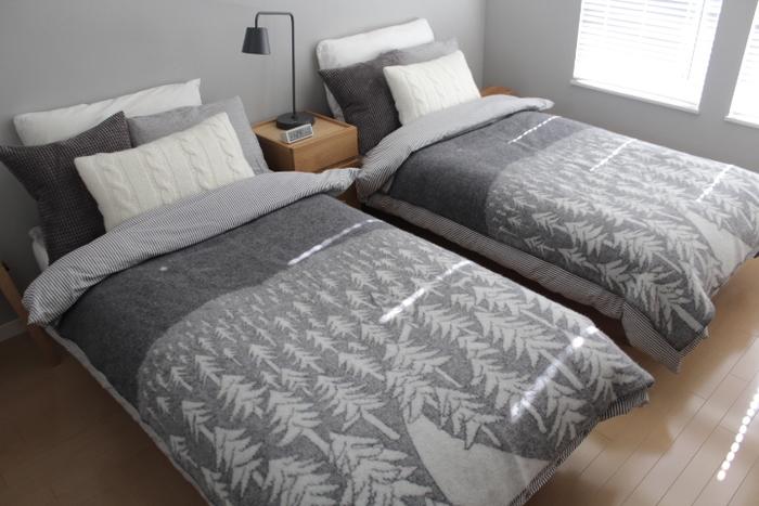 一方、こちらの「HOUSE IN THE FOREST」は、北欧の静謐な森をイメージさせるようなデザイン。2種類のブランケットを使い分けるだけで、ベッドルームの雰囲気が大きく変わります。枕やクッションのバランスも参考にしたいですね!