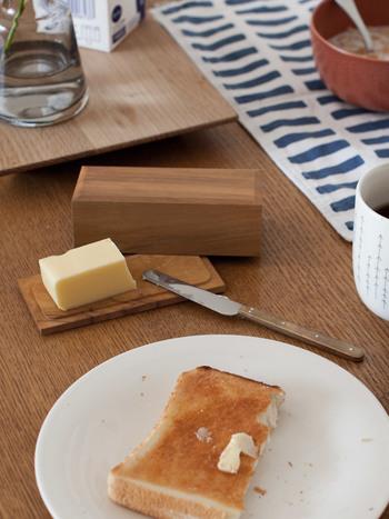 ◇バターケース×ナイフ こだわりのアイテムがもたらしてくれるもの、それは生活の中の特別な瞬間。朝のバタバタとした時間に、2人で特別な時間を過ごして欲しい。山桜の木で作られたバターケースは、これからも2人の新しい生活に味わいをもたらしてくれるでしょう。