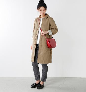 レザーバッグは、シックな風合いはもちろん、革特有の経年変化も魅力です。アウターやニットなどボリュームの出やすい秋冬ファッションには、コンパクトなショルダーバッグが好相性◎