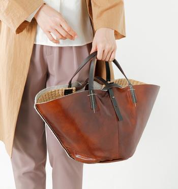 """いつものバッグやアクセサリーをレザー・ベロア・ファーなどの素材に変えるだけで、秋らしい季節感を演出することができます。今回は、秋ファッションにおすすめの""""バッグ&アクセサリー""""をご紹介します。"""