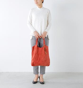 くたっとした滑らかな起毛のスウェードバッグは、シンプルなコーディネートに優しいあたたかみをプラスしてくれます。落ち着きのある素材なので、鮮やかカラーもコーディネートに馴染みます。