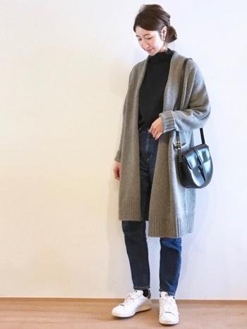 大人っぽいこなれた雰囲気を出してくれるのがロングカーディガンの魅力。グレーならアウター感覚でどんな洋服にも合わせやすそう。