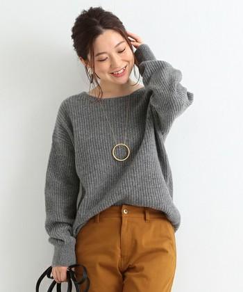 スタイリッシュでシャープな印象になりがちなグレーを素朴な表情に変えてくれるのがローゲージ。ざっくりとした編み目で隙のあるコーディネートに。