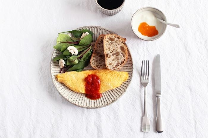 白いテーブルクロスにそっと乗せれば、その存在感が輝きます。 蕎麦猪口にヨーグルトを入れるのもおしゃれですね。