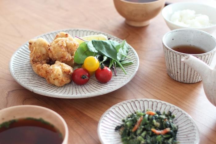 器のおかげで一層おいしそうに見える食事。 器にこだわる理由がわかりますね。 山田雅子さんの作品ならなおさら、おいしそうに見せることができます。