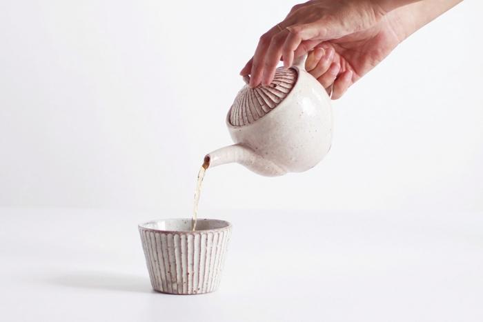 陶芸には扱いにくい野幌粘土を原材料として扱っています。 そのため、他の陶器には出せない独特な質感を表現することができるのです。 使いやすいのに目新しいデザインは見る人の心を魅了します。