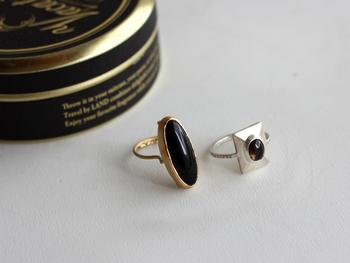 深い色合いのブラックオニキスのリングは、重厚感のあるデザインが素敵。シックな秋コーデにクールなかっこよさをプラスしてくれます。