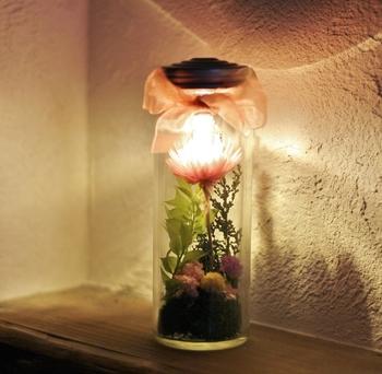 季節の花をドライフラワーにして、LED電球とともにボトルに。温かな灯りが、くつろぎの時間を照らしてくれます。