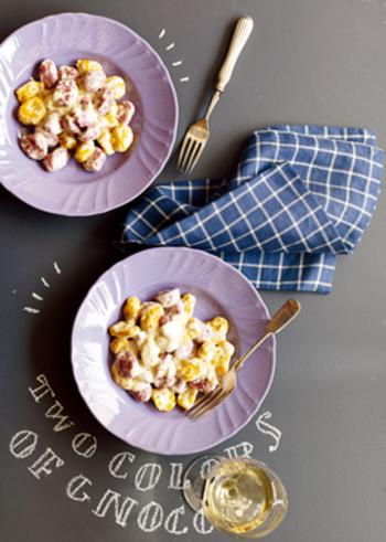 時間のある日曜日は、ちょっとこだわって手作りのニョッキ作りを楽しむのも良いかも。かぼちゃと紫芋を使った二色のニョッキは見ているだけでもワクワクしてきますね♪