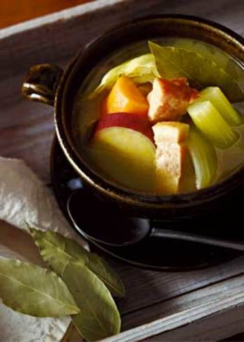 野菜をたっぷり補いたい時に便利なのが、具だくさんなポトフ。具材を大きめに切るので、食べごたえ抜群です。カレーの香りと風味で食欲をそそります。