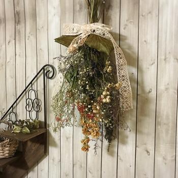 思い出の花束などもドライフラワーにして色の変化を楽しんだり…。生花とは全く違った魅力をもつドライフラワーをルームメイトにしてみませんか?