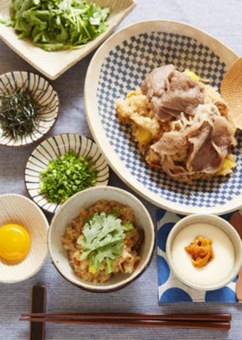 秋の味覚を使ったすき焼き風おこわのレシピです。一膳目はそのまま、二膳目は卵黄を絡めて、味の変化を楽しんで!余った卵白で作れる、白い茶碗蒸しのレシピも必見です。