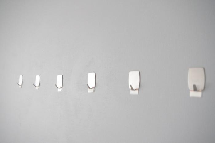 そして、壁に掛けるために使用するのは【ダイソー】の粘着フックです。壁に穴を開けられない場合でも、粘着タイプなら自由に設置できますね!