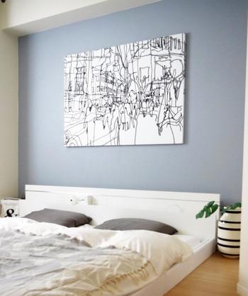 こちらのベッドルームは、壁の一面だけがグレーのペンキで塗装されています。そこに飾られているのは、【marimekko】のファブリックを使用した手作りのパネル。地震などで落下する可能性も考慮して、軽量に作られているんです。一体どんな構造になっているのでしょうか?