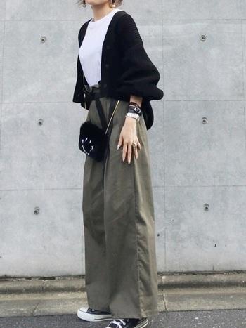 裾にかけて広がったタイプのワイドパンツに合わせて、ボリューム袖のカーディガンを羽織って。リラックス感がありながらも、ショート丈でコンパクトにまとめることですっきりと見せています。