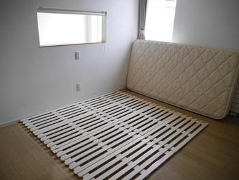 ベッドに使用しているのは、【ニトリ】のベッド用すのこ。これを床に直接置いて、その上にマットレスを敷いているんです。ベッド本体を置くよりも移動が楽なので、こまめにお掃除できるそうですよ☆