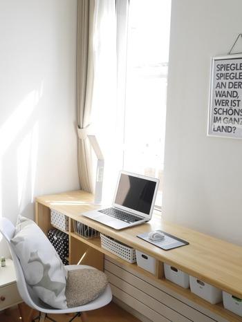 窓際にはナチュラルな木材のデスクが配置されています。収納棚の付いた細長いデザインなので、限られたスペースでも余裕を持って使えますね!イスや収納バスケット、デスクライトなどを白で統一して、明るさや清潔感のあるデスクスペースにまとまっています。