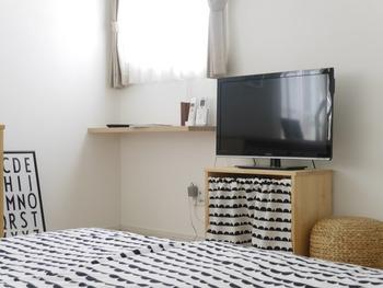 そして、ベッドの足元の方向にあるのはテレビ台。ゆっくり寛ぎながらテレビを見られる、最高のポジションです♪小窓の下には収納棚があり、ちょっとした小物などを置けるようになっています。