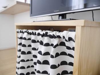 オープンタイプのテレビ台は、【ダイソー】のカーテンと突っ張り棒で目隠し。実はこのカーテン、ベッドファブリックと同じ柄なんです。全て【ダイソー】のアイテムで統一したそうですよ☆
