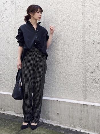 リラックスした雰囲気になりがちな、柔らかい素材のワイドパンツ。衿を立てたシャツをパリッと合わせれば通勤コーデに早変わりです。 ヒールを合わせるとオフィシャルなムードになりますね。