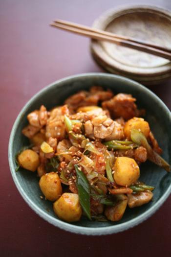 ピリッとした辛さがクセになる鶏と栗のコチュジャン炒め。鶏肉がごろっと入ってボリュームも満点。ホックリとした栗の甘みが絶妙なアクセントに。こってり甘辛くてご飯がすすみますよ。