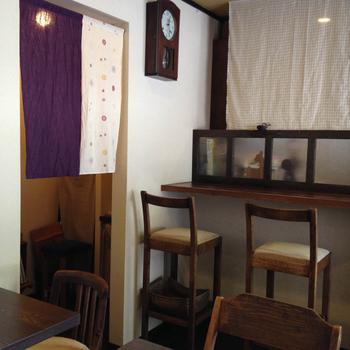 まさにお茶処という雰囲気で昭和の家具を配した店内は、懐かしい小さな部屋のようです。 落ち着いた空間でゆったりとした時間が過ごせます。
