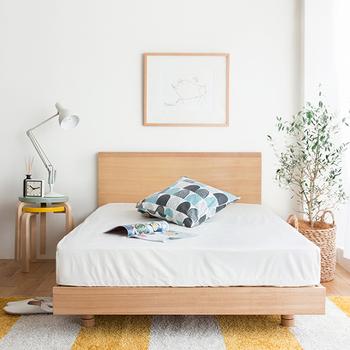 一日の終わりを迎えてベッドに入ると、ホっとして体がリラックスするのが分かりますよね。ベッドルームが癒しの空間だという人も、きっと多いのではないでしょうか。そこで、居心地の良さをさらに追求するために、ベッドルームのインテリアを改めて見直してみませんか?ベッドカバーを替えるだけの簡単な模様替えから、デスクや棚の配置も含めた本格的なインテリア術まで、具体的にご紹介していきましょう!