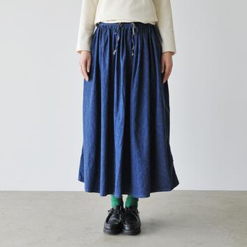 """""""ワーク・ミリタリー""""といった多くの人々に愛され続けている定番服を、独自のフィルターを通して""""slow""""にデザインする日本のブランド「オアスロウ」。デニム好きさんは特に要チェックのブランドです!  たっぷりのギャザーでふんわりボリューミーに仕上げたデニムのロングスカート。味わい深いワンウォッシュカラーで甘くなりすぎないところがうれしいポイントです。ウエストは楽ちんなゴム仕様♪"""