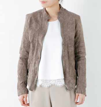 洗練されたスタンダードなファッションブランド『Sisii(シシ)』の定番は、牛革の持つナチュラルな風合いを活かしたシングルのライダースジャケット。