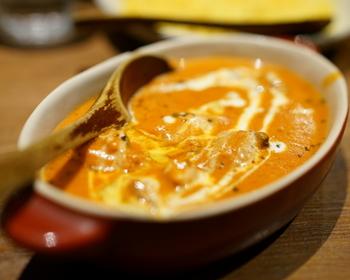 甘さ控えめだけどマイルドで濃厚なコクを感じるバターチキンカレーは、トマトの酸味も控えめ。ナンはモチモチ感は少な目でパリっと軽いので、どんどん食べ進められちゃいそう。