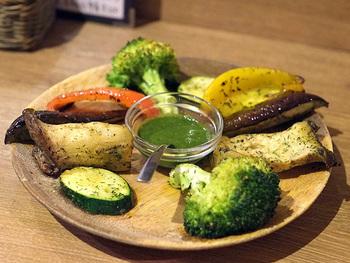 野菜のグリルなど単品メニューも豊富なのでスパイスバルとして、カレー女子会をしても盛り上がりそう♪