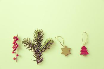 ナチュラル・クリスマスのポイントは、デコレーションを引き算すること。賑やかに飾り付けなくても、色や素材の組み合わせ次第で、シンプルでも華やかに飾れます。さっそく詳しく見ていきましょう♪