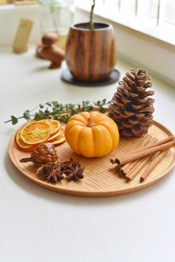 かぼちゃを中心に秋らしい素材をトレーにのせたアレンジ。スターアニスやオレンジ、シナモンなどの香りもGOODです。ハロウィンが終わったら、クリスマスのリースの素材にも使えます。
